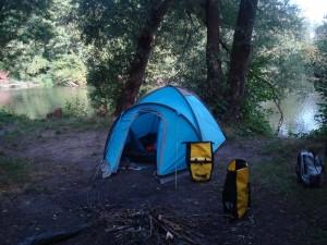 Super geiler campingspot mit Feuerstelle und Badestelle unter Bäumen.